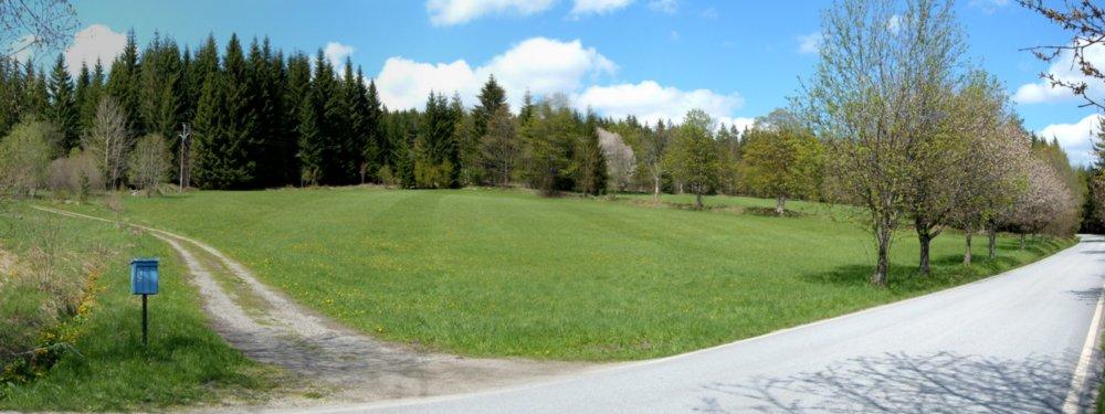 panoramatická fotka - pohled na pozemek ze silnice a od cesty
